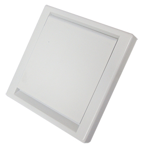 Die quadratische Saugdose Quadra kommt in drein verschiedene Farben: weiß, silber und anthrazit. Das Design ist minimalistisch und fügt sich in die Wand ein.