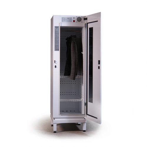 Weißer Ozonisierungsschrank von Hygio. Der Schrank steht auf vier kurzen Beine und hat ein Fester auf der rechten Seite der Tür. Der Schrank hat Regale und eine Stange für Kleider.