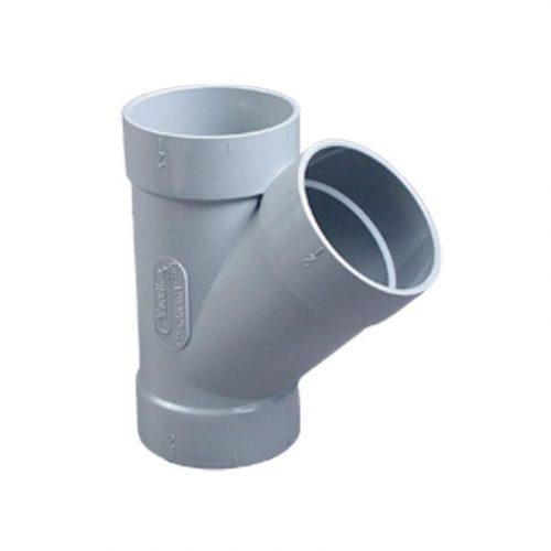 Ein weißer Abzweiger 45°. Der trennende Rohrsteil steht im 45-Grad-Winkel gegenüber dem geraden Teil.