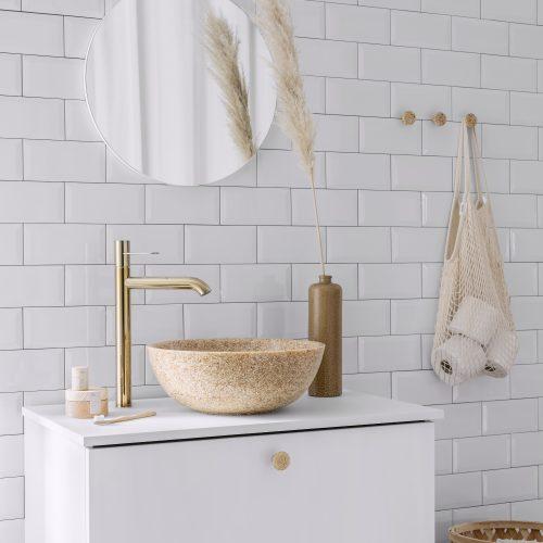Ein Woodio Soft40 Waschbecken Table Top auf dem Badezimmertisch in einem weißen, sonnigen Zimmer.
